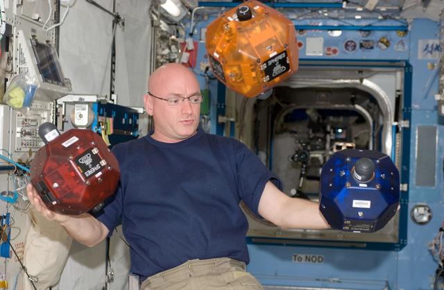 Автономный дрон для использования на обитаемых космических орбитальных станциях.